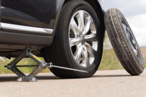 Reifenpanne mit Scherenwagenheber und Notrad beheben