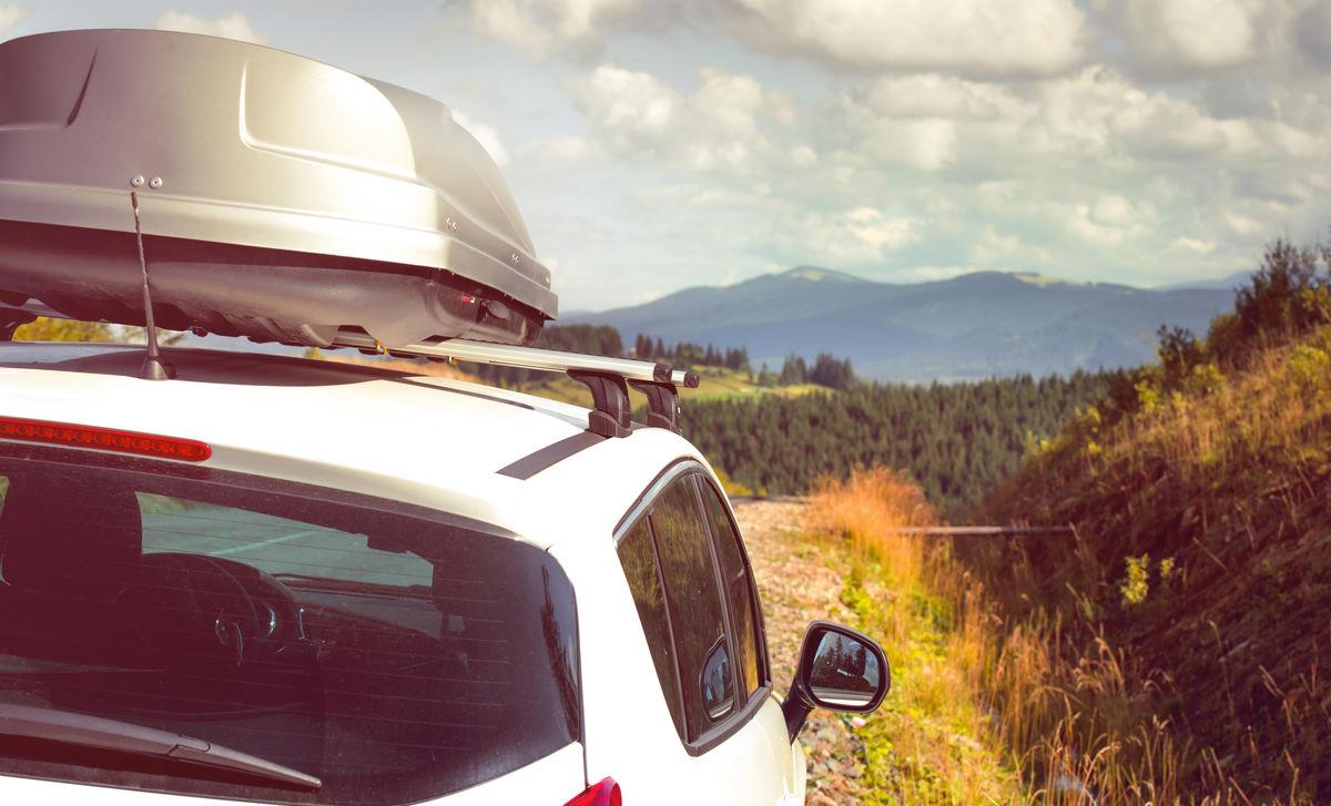 Auto mit Dachbox als Dachgepäckträger