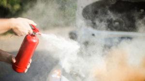 Pulver Autofeuerlöscher im Einsatz