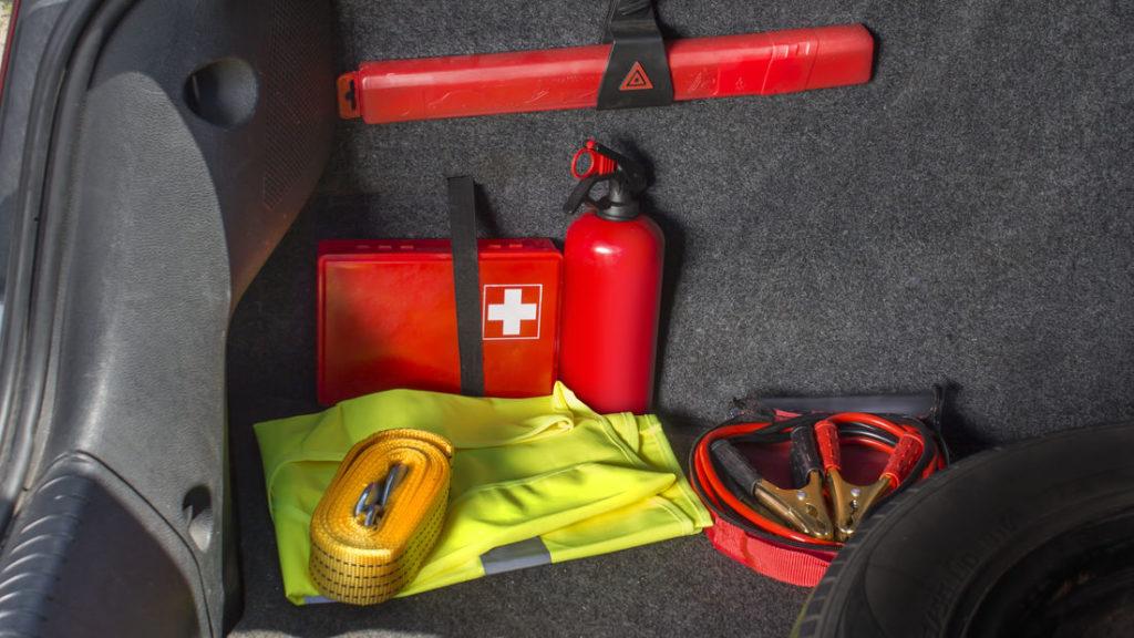 Im Kofferraum montierter Feuerlöscher mit weitere Sicherheitsausrüstung.