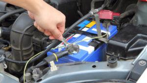 Autobatterie abklemmen
