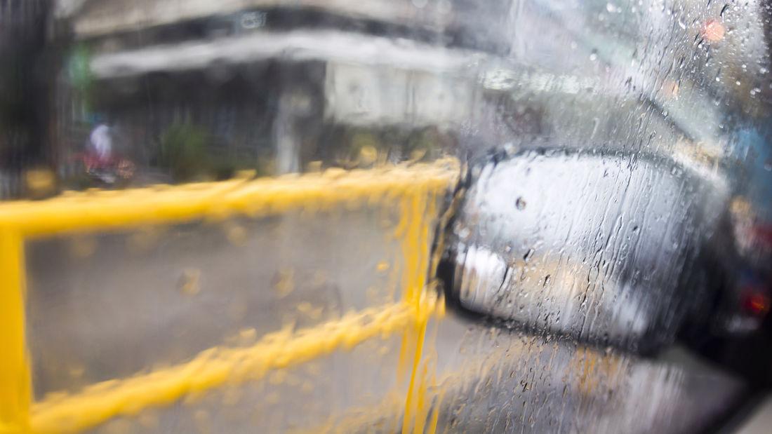 Feuchtigkeit an der Autoscheibe