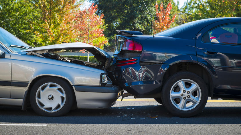 Autounfall - Zwei kaputte Autos nach Unfall
