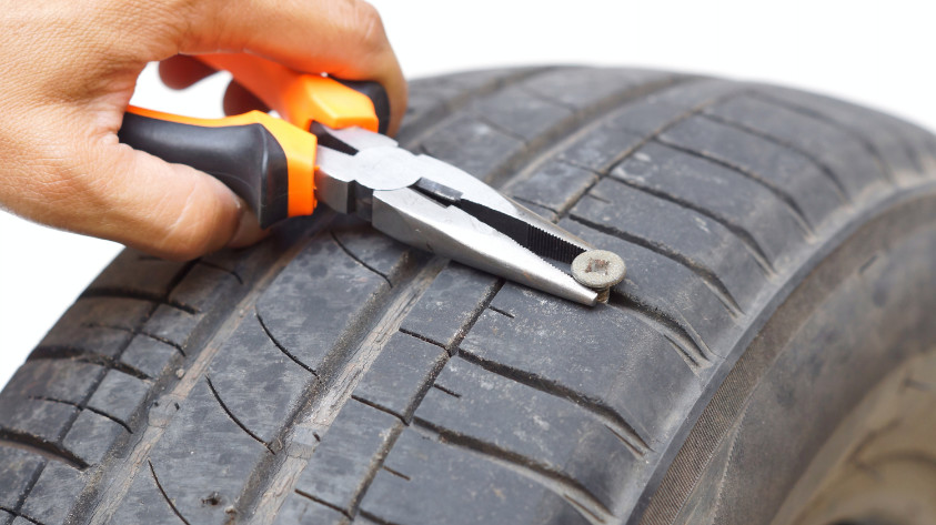 Reifenreparatur eines kaputten Autoreifens